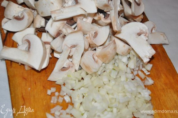 лук грибы помыть, почистить, порезать.