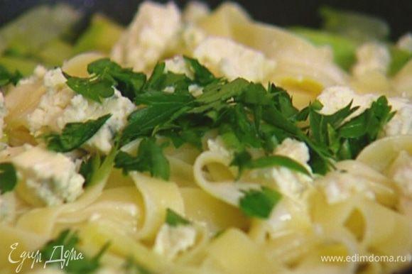 Выложить макароны в сковороду с кабачком, перемешать, влить сливки, добавить голубой сыр, петрушку, все перемешать и посыпать натертым пармезаном.