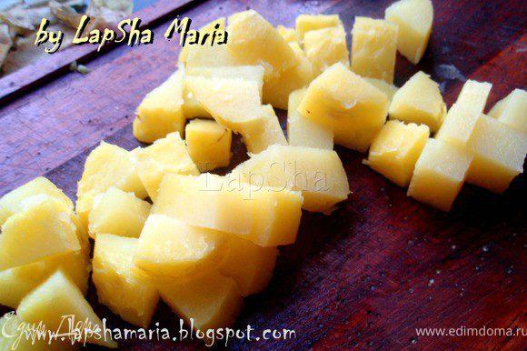 Отварной картофель нарезать кубиками размером чуть больше чем колбаски.