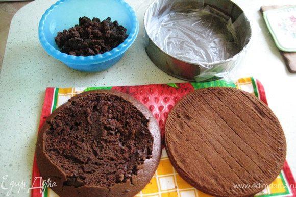Смешать муку,сахар,какао,разрыхлитель и соду.Отдельно взбить яйца,добавить молоко и раст.масло-всё влить в сухую смесь и перемешать.Если жидковато-добавить муки.Влить стакан кипятка,перемешать,перелить тесто в форму и выпекать в предварительно разогретой до 220гр.духовке,после пяти минут убавить до 180 и выпекать ещё 40мин.Остывший бисквит разрезать на два коржа.Я не воспользовалась советом Оксаны-не уплотнила бока.Из-за этого верх получился не ровным.Я его обрезала и покрошив в крошку,добавила в суфле,когда собирала торт:)