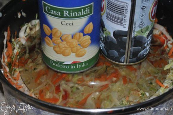 Все ингредиенты для рассола смешать и довести до кипения. Горячи рассолом залить овощи, хорошо перемешать и поставить под гнет на 2 часа. Затем снять гнет и поставить в холодильник на сутки.