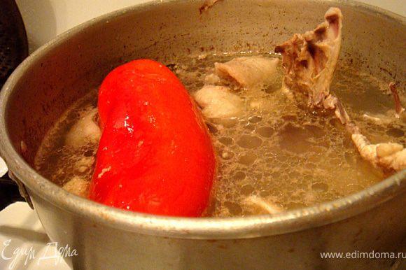 Отделить мясо от костей- из костей сварить бульон (без соли и всяких добавок)- варить на медленном огне 20 минут. В бульоне отварить целиком перец.