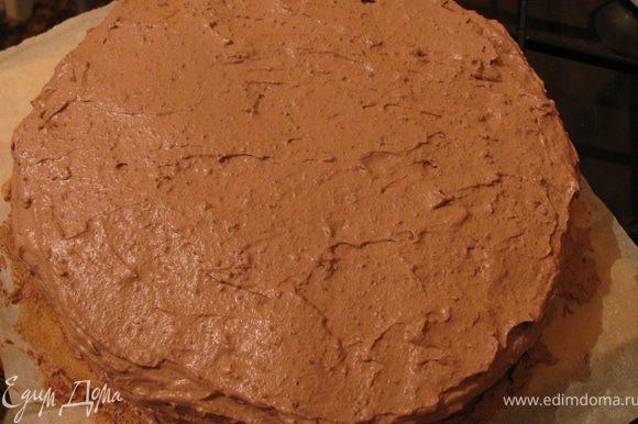 Сборка: Увлажнить каждый корж сиропом и прослоить кремом. Покрыть кремом бока и верх торта.