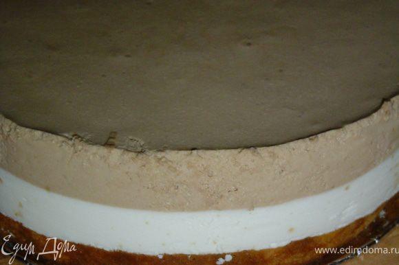 Когда крем застынет, аккуратно убираем пергамент и украшаем торт.