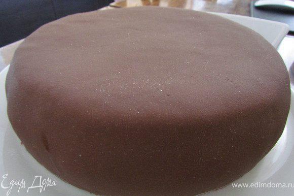 Утречком я тортик еще раз выровняла. Сделала шоколадную мастику (растопила 100 гр. маршмелоу с плиткой шоколада, 1 ст.л. сл. масла и 1 ст.л. молока, всыпала сахарную пудру и замесила до консистенции пластилина), раскатала полученную мастику и покрыла ей торт.