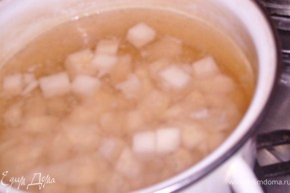 перемешать вино+вода+сахар,залить груши и варить около 10 мин