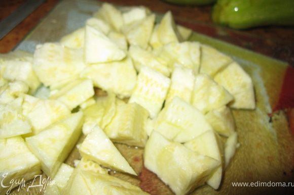 Вырезанную мякоть нарезать кубиками и полить лимонным соком.