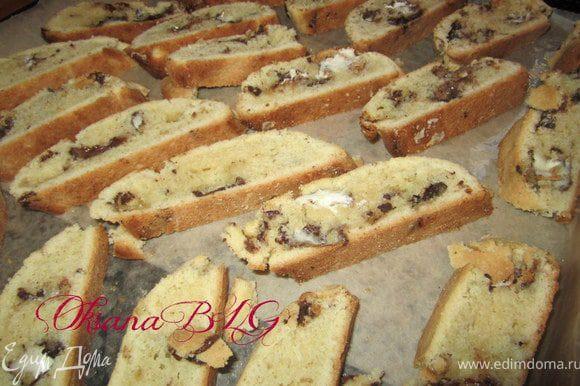 При выпечке может немножко вытечь шоколад или расплавленная нуга, это не страшно, от этого печеньице будет не менее вкусным). После выпечки валики нарезать на кусочки 1-1,5 см. Поставить в духовку на 7-10 минут, до золотистого цвета.