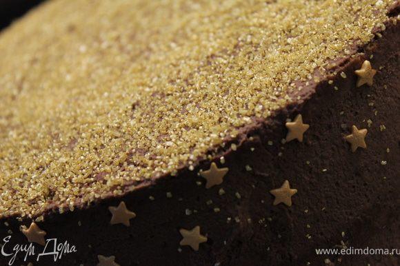 Украсить по своему желанию...Я посыпала золотым сахаром и украсила звездочками. Дать пропитаться несколько часов или ночь!......Как видите, торт совсем не сложный, но не менее вкусный!)