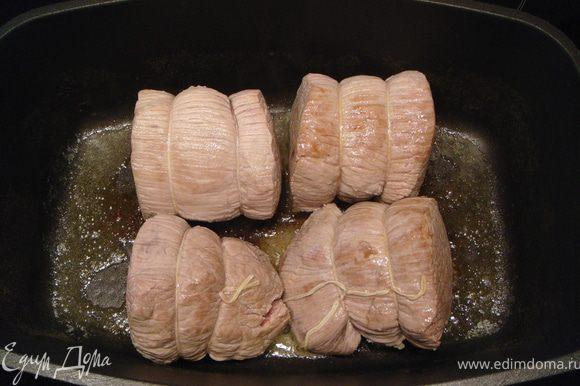 Говядину очень быстро - практически непрерывно перекатывая с боку на бок - обжарить на небольшом количестве сливочного масла, запечатывая мясо в совсем легкую корочку.
