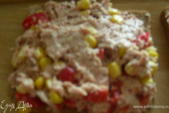 Выкладываем эту смесь на наш хлебушек, накрываем вторым кусочком и кладем на сковороду-гриль (или ставим в духовку под гриль), готовим 2-3 минуты с каждой стороны.