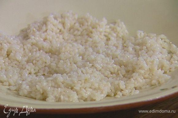 Рис отварить согласно инструкции на упаковке, если получится немного клейким — промыть водой.