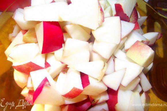Яблоки порезать и сбрызнуть лимонным соком.
