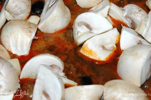 Снимаем сотейник с огня, добавляем протертые томаты, сверху раскладываем подготовленные свежие шампиньоны. Теперь очень важный момент. Накроем сотейник (утятницу) крышкой смажем края яйцом и плотно залепим по кругу слоеным тестом, чтобы наша посуда была полностью герметична. Смажем тесто оставшимся яйцом и отправляем нашу «закупоренную» посуду в прогретую духовку на нижний уровень. Готовим 2 часа при температуре 170 градусов. Больше мы ничего в процессе не делаем, просто забываем на 2 часа и все!