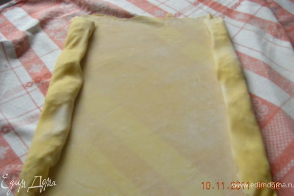 Вот тут вступает в бой скатерть :)) с её помощью начинаем заворачивать тесто с обеих сторон , так как оно очень тонкое, руками было бы сложно.