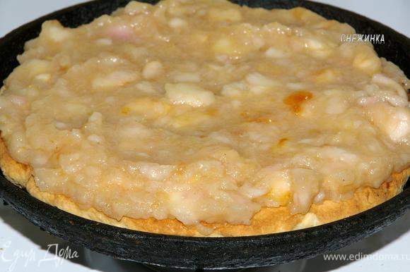 Смазываем его половиной яблочного «крема».
