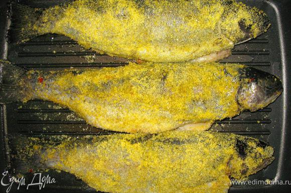 Смажем гриль растительным маслом и выложим на него наших рыбешек. Жарим рыбу 5-7 минут, периодически переворачивая до образования хрустящей корочки. Полента придает превосходный золотистый цвет нашей форели.
