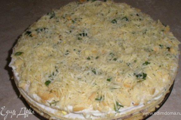 3- третий корж, смазывается также плотно маонезом и выкладывается остальная часть начинки яйца+лук. 4- последний корж, смазывается плотно майонезом, посыпается крошкой, зеленым луком, в последнюю очередь натертым сыром.Пирог поместить в микроволновку на 1 минуту, чтобы сыр сверху слегка подплавился. Пирогу дать пропитаться в течение 4-5 часов, и приятного аппетита!