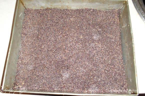 Сборка: на песочную основу выкладываем маковый слой.