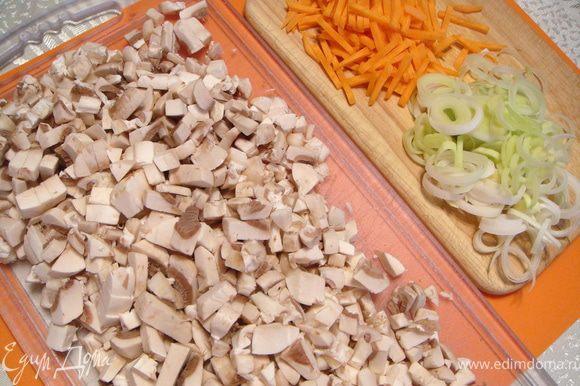 Почистить картошку, порезать небольшими кусочками. Грибы порезать некрупно, морковь - соломкой, а лук колечками.