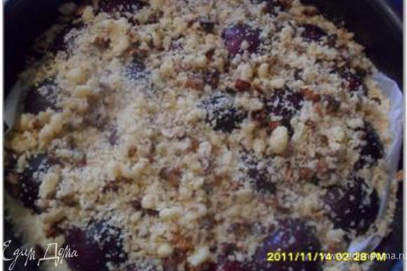 Сверху пирог посыпать крошкой с грецкими орехами.