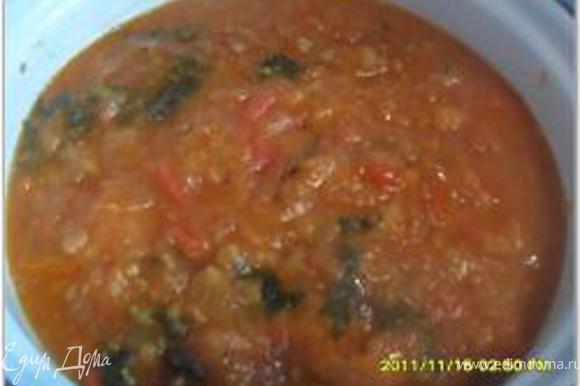 Приготовить томатный соус: разогреть в сковороде растительное масло, всыпать муку и обжарить. Развести обжаренную муку бульоном или водой. С помидоров снять кожицу и добавить их и сок из банки в сковороду с мукой. Посолить, поперчить, прогреть и посыпать измельченным укропом. Залить томатным соусом фрикадельки с овощами, поставить на медленный огонь и томить около 30 минут.