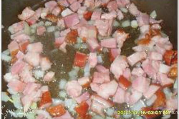 На сковороде разогреть растительное масло и выложить чеснок. Когда чеснок обжарится, вынуть его из сковороды. Бекон нарезать кубиками и обжарить на чесночном масле. Лук мелко нарезать и добавить в сковороду.