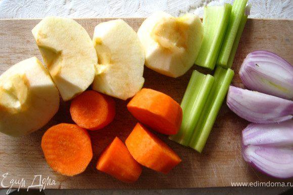 Овощи и яблоко почистить, порезать на куски.