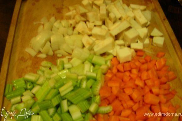 Нарезаем все овощи кубиками.