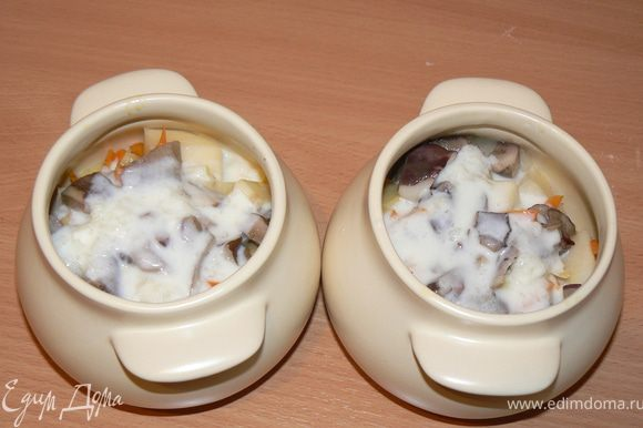 готовим соус: молоко довести до кипения,влить крахмал(разведенный в небольшом количестве молока). Заливаем содержимое горшочков.
