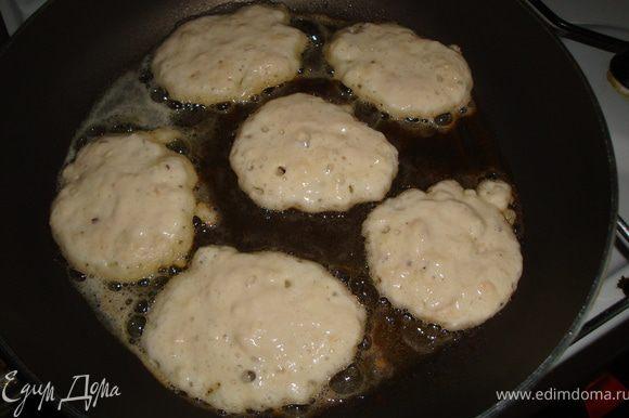 как только тесто выпеклось, разогреть сковороду и начинать жарить блинчики до золотистой корочки скаждой стороны. Подавать порционно башенкой. Украсить веточкой мяты, полить соусом ( у меня был ванильный на молоке)