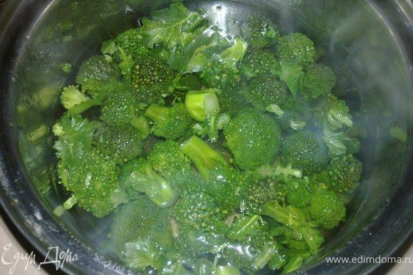 Капусту брокколи разобрать на соцветия и залить кипятком на 15-20 минут
