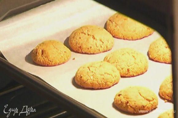 Противень выстелить бумагой для выпечки, выложить печенье и отправить в разогретую духовку на 12−15 минут.