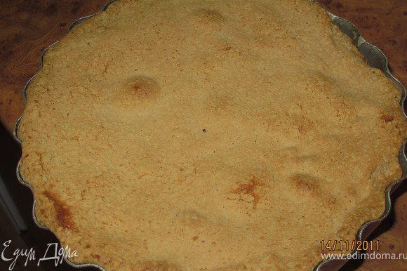 У меня не разъёмная форма, поэтому вытаскиваем пирог пока горячий, иначе верх потом при вытаскивании будет сильно крошиться. По краю формы тоненьким ножичком проходимся, сверху кладём тарелку и переворачиваем форму на неё. Чуть чуть постучать и готово.