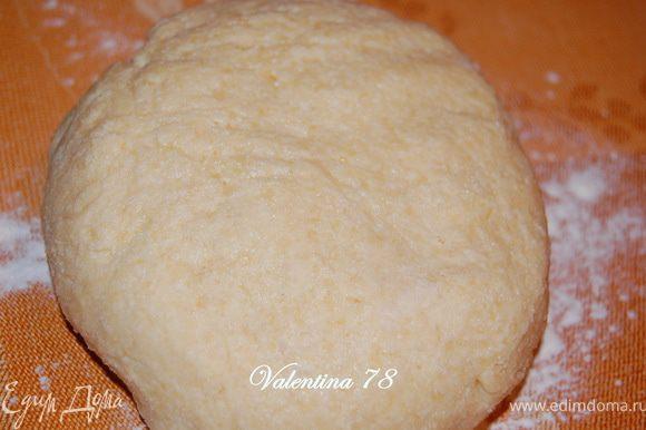 Добавить просеянную муку ,ванильный сахар,разрыхлитель.Замесить однородное,мягкое тесто.Убрать в холодильник на 30мин.