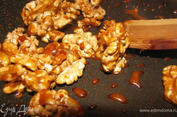 Снимаем сковороду с огня, перемешивая карамель с орехами.