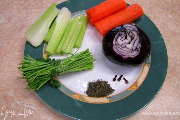 Почистите головку лука. Воткните в нее гвоздику. Морковь и сельдерей разрежьте вдоль. зелень свяжите хлопчатобумажной нитью. Лук, морковь, сельдерей, зелень положите в кастрюлю. Туда же положите щепотку тимьяна. Убавьте огонь до минимального и накройте крышкой, чтобы бульон не потерял много воды. Проконтролируйте через 10 минут - бульон должен кипеть еле-еле. Слегка посолите бульон. Варите мясо около полутора часов.