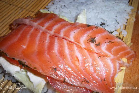 Сверху выложить ломтики свежего филе лосося, нарезанное толщиной около 5 мм.