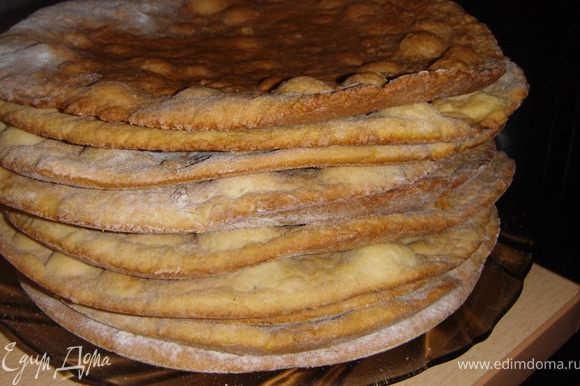 Разделить тесто на 10 равных частей, раскатать и испечь до золотистого цвета. Коржи пекутся очень быстро.