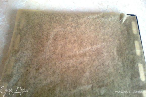 Разогреть духовку до температуры 180-200 градусов, вытащить тесто, разделить на равные по размеру части. (их может быть от 12 до 17, в зависимости от диаметра формы, которую вы выберете для вырезания коржа). Каждую часть теста по очереди раскатать в тонкий пласт и перенести на застеленный бумагой для выпекания противень (тесто очень хрупкое и легко рвется, поэтому с ним надо быть аккуратней)