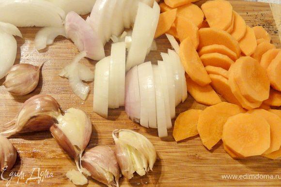 Овощи почистить и нарезать кружочками, с чеснока шкурку не снимайте, просто раздавите его с помощью широкого ножа.