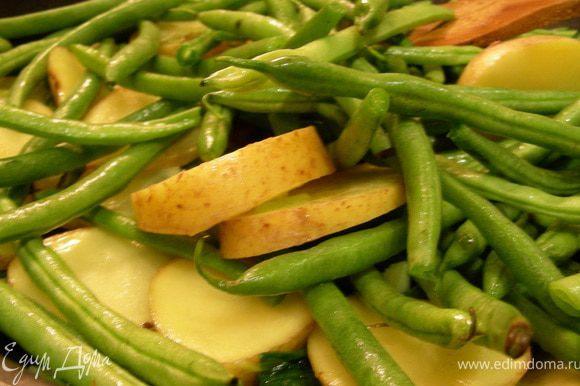 У фасоли обрезаем хвостики, картофель нарезаем средними кусочками или кружочками. Добавляем их к луку и готовим минут 10.