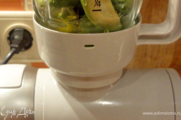 В блендер положите кусочки одного авокадо, выжмите сок половины лайма и взбейте несколько секунд, убавьте скорость и постепенно влейте сливки.