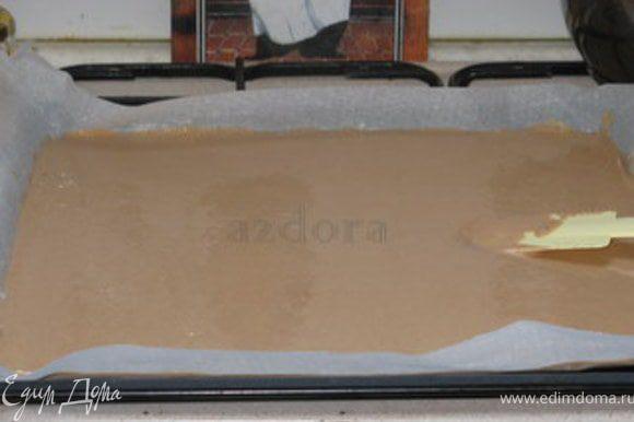 Противень покрыть пергаментом, хорошо промазанным сливочным маслом. Вылить в середину тесто и лопаткой растянуть его до краёв. Оно отлично растягивается. Важно, чтоб толщина теста была равномерной по всему противню, а не утончалась к краям. Выпекать при 180° около 20 минут. Готовый корж будет чуть больше 1 см толщиной. Охладить.