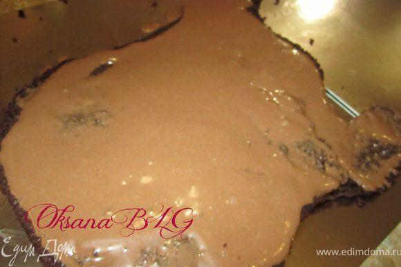 Бисквит разрезать на 3-4 коржа. Перемазать кремом. поставить в холодильник на 2-3 часа.