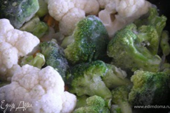затем цветную капусту и брокколи, тушить 5-7 минут.