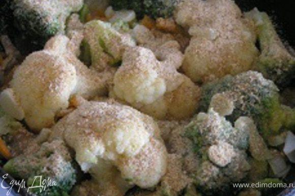 Посолить, поперчить, добавить нарезанный чеснок и панировочные сухари. Перемешать, тушить еще 2-3 минуты, до мягкости овощей.