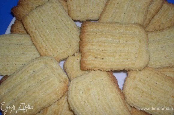 Тесто выложить в кондитерский мешочек и отсадить печенья,на смазанный маргарином противень.Я пользовалась звезчатой насадкой,формировала печенья в виде палочек.Выпекать при 200%,15 минут.