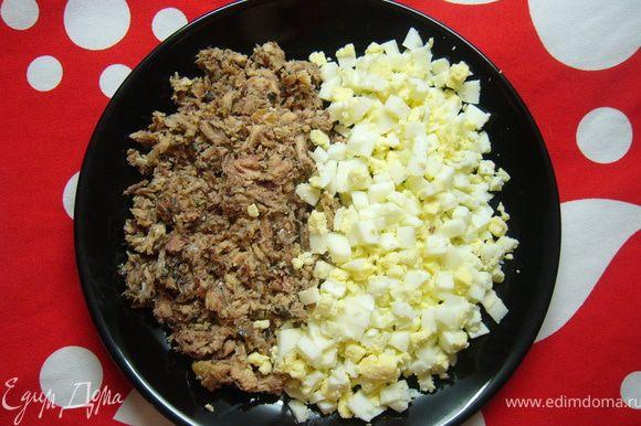 приготовить начинку: нарезать мелко яйца и сайру и заправить майонезом