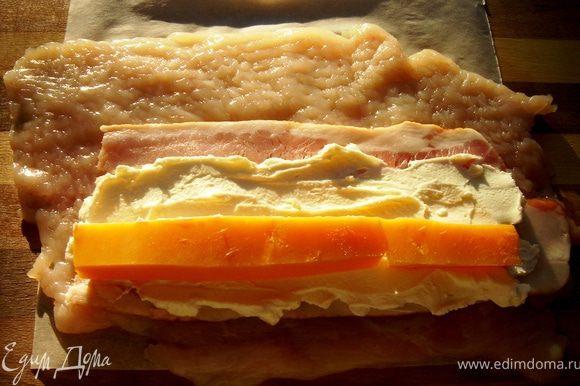 Для второй начинки на куриную грудку выложить ломтик сырокопчёного бекона,на него намазать творожный сыр.Для пикантности в творожный сыр можно добавить чеснок,укроп,мяту или тархун.На творожный сыр выложить ломтики чеддера или другого пикантного сыра.С помощью пергамента свернуть рулет и хорошо завернуть края вовнутрь.